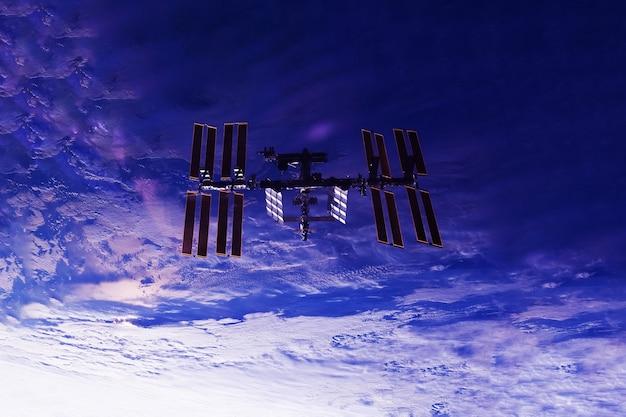 Stacja kosmiczna nad ziemią. elementy tego obrazu dostarczyła nasa. zdjęcie wysokiej jakości