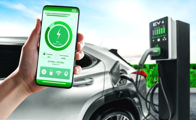 Stacja ładująca ev do samochodu elektrycznego z aplikacją mobilną wyświetlającą stan ładowarki