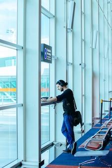 Stacja lotniskowa ładowarek elektronicznych z osobami korzystającymi z niej