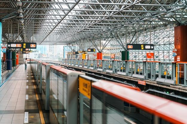 Stacja metra taipei beitou z pasażerem czekającym na peronie. transport publiczny.