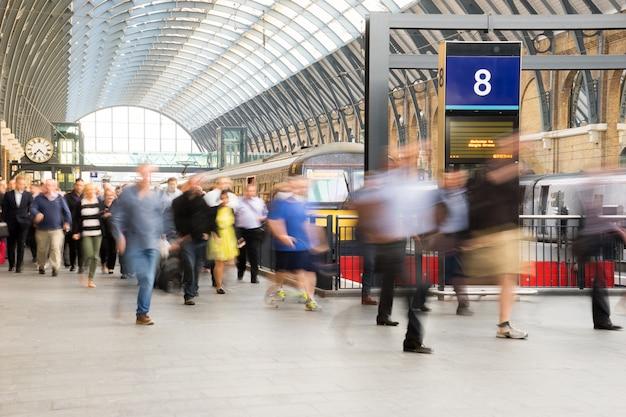 Stacja metra w londynie rozmycie ruchu ludzi w godzinach szczytu na stacji king's cross, anglia, wielka brytania