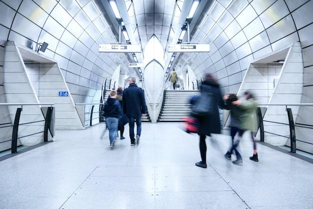 Stacja metra w londynie w godzinach szczytu