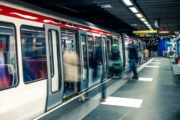Stacja metra w mieście lyon we francji