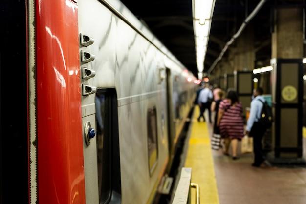 Stacja metra z niewyraźne tło