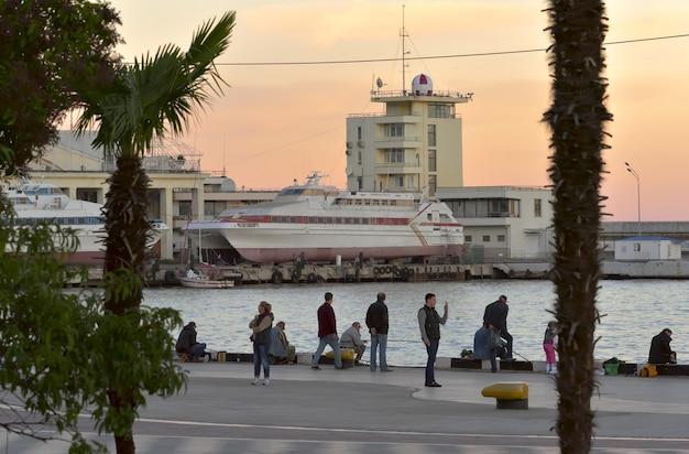 Stacja morska w jałcie wieczorem ludzie na głównym nabrzeżu jałta