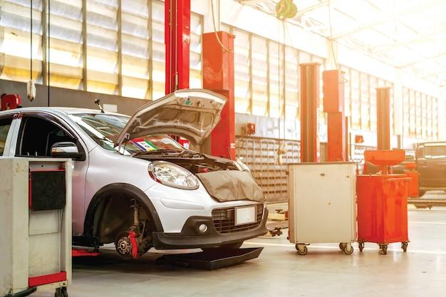 Stacja naprawy samochodów z miękkim fokusem i ponad światłem w tle