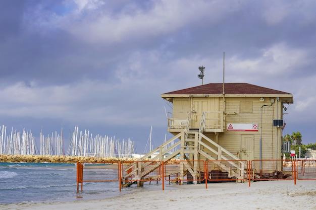 Stacja ratownicza na plaży w tel awiwie przed zachmurzonym, burzliwym niebem. izrael.