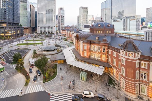Stacja tokyo z nowoczesnymi budynkami w mieście tokio w japonii.