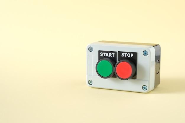 Stacja z przyciskami z zielonymi przyciskami start i czerwonymi stopami