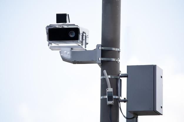 Stacjonarna kamera kontroli prędkości na wsporniku.