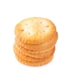 Stack okrągły cracker na białym tle