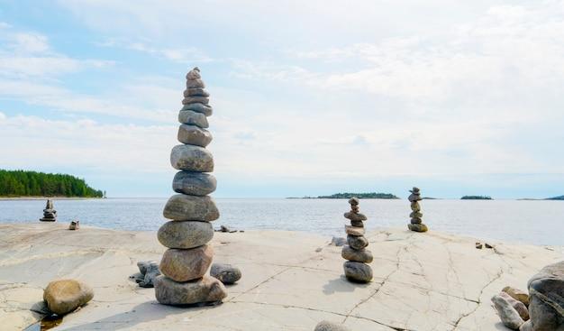 Stacked rocks równoważenie, układanie z precyzją. kamienna wieża na brzegu. skopiuj miejsce