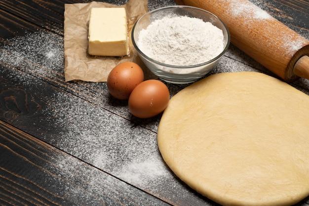 Staczający się i nie wypiekający kruchego ciasta ciasto przepis na drewnianym tle
