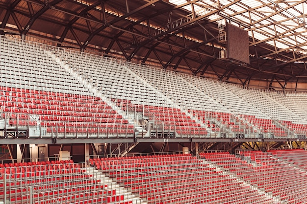 Stadion bez kibiców podczas meczu w okresie koronawirusa.