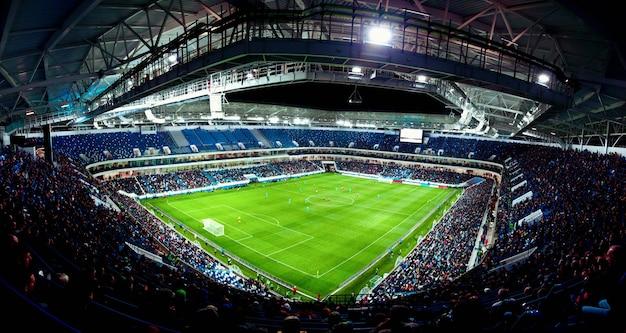 Stadion piłkarski, błyszczące światła, widok z pola. koncepcja piłki nożnej