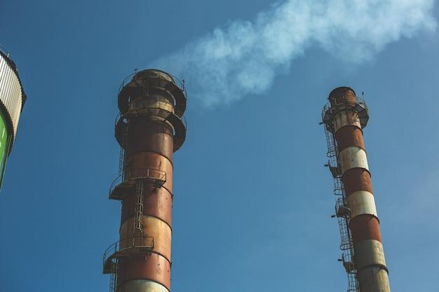 Stal w kominie działa z odpadów przemysłowych, ale przy użyciu nowej technologii do czyszczenia jej przed rozproszeniem