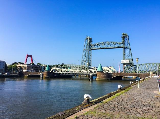 Stalowa winda kolejowa królowie doków most koningshavenbrug lub winda de hef w rotterdamie w holandii?