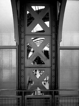 Stalowe belki wnętrza musee d'orsay