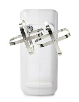 Stalowe bijaki przeciwko niewyraźne elektryczne mikser ręczny, z bliska, na białym tle.