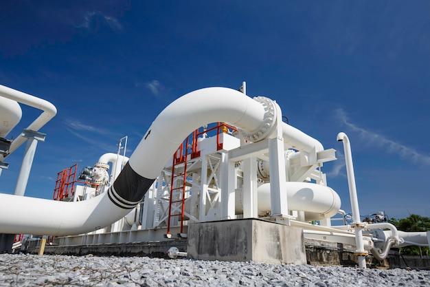 Stalowe długie rury i kolano rurowe w stacyjnej fabryce ropy naftowej podczas rafinerii przemysł petrochemiczny w destylarni gazowej.