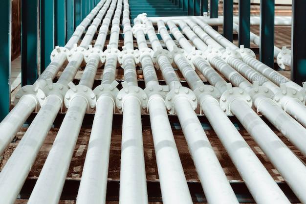 Stalowe długie rury i kołnierz w fabryce ropy naftowej podczas rafinerii przemysł petrochemiczny w destylarni gazowej
