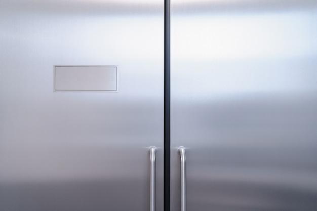 Stalowe drzwi do laboratorium. zamknięte stalowe drzwi. tło.