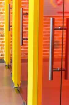 Stalowe klamki na drzwiach