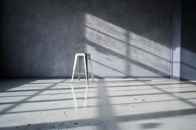Stalowe krzesło we wnętrzu czarnego loftu studio