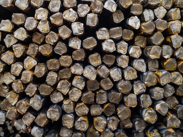 Stalowe pręty zbrojeniowe. podstawa zbrojenia do wzmocnienia betonu. duża liczba żelaznych prętów