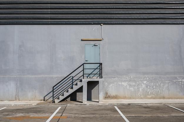 Stalowe schody i drzwi przeciwpożarowe oraz parking przy dystrybucji magazynu