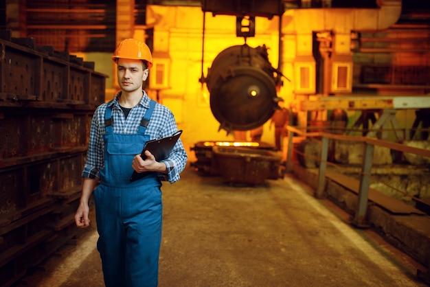 Stalownia, piec i ciekły metal w koszu, huta stali, przemysł metalurgiczny lub metalurgiczny, przemysłowa produkcja żelaza na walcowni