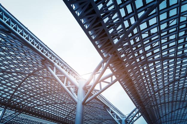 Stalowy dach nowoczesnej architektury