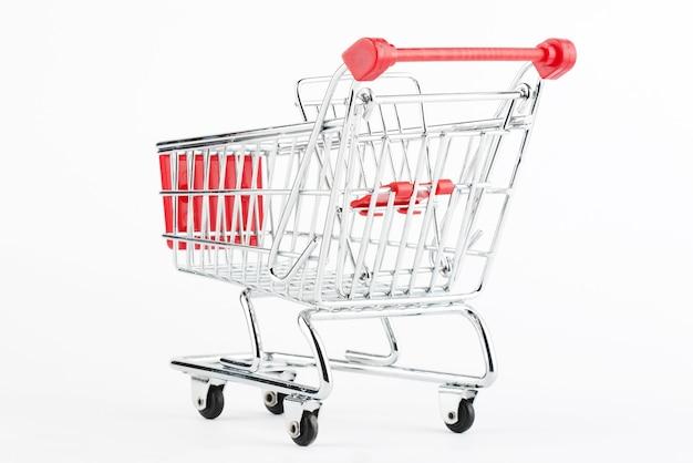Stalowy wózek sklepowy na białym tle