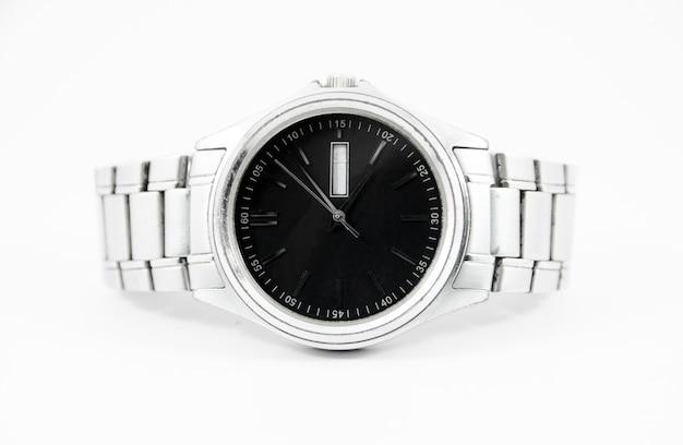 Stalowy zegarek z czarną twarzą na izolowanym