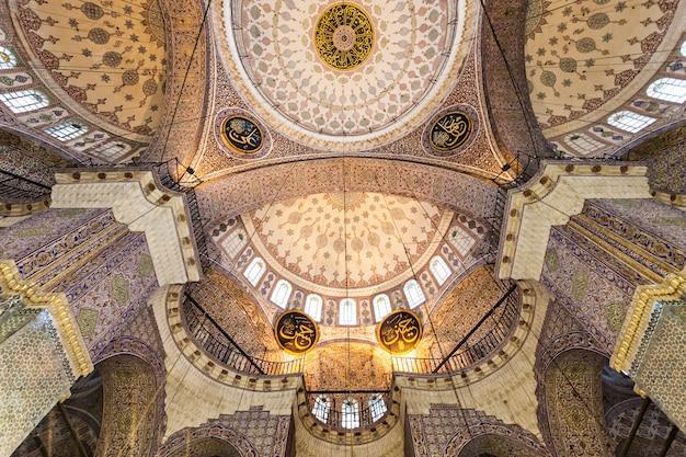 Stambuł, turcja - 06 września 2014: wnętrze nowego meczetu (yeni cami) pierwotnie nazwane meczetem valide sultan w dniu 06 września 2014 roku w stambule, turcja.