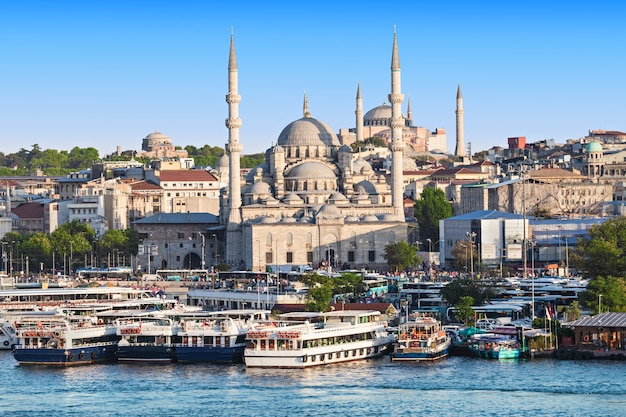 Stambuł, turcja - 08 września 2014: nowy meczet (yeni cami) pierwotnie nazwany meczetem valide sultan w dniu 08 września 2014 r. w stambule, turcja.