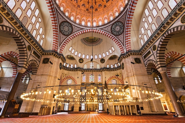 Stambuł, turcja - 08 września 2014: wnętrze meczetu sulejmana wspaniałego na 08 września 2014 r. w stambule, turcja.