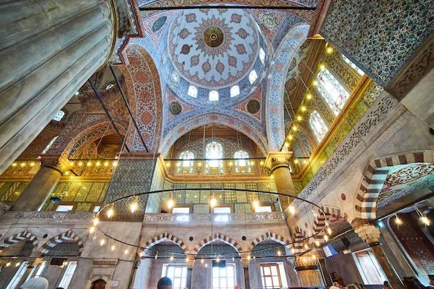 Stambuł, turcja - 10.10.2019. wewnątrz błękitnego meczetu w stambule w turcji. wnętrze meczetu sulejmana wspaniałego