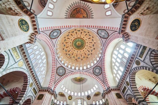 Stambuł / turcja - 10 października 2019: wnętrze meczetu sulejmana camii jest słynnym punktem orientacyjnym w stambule w turcji. wspaniała architektura osmańska