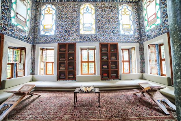 Stambuł, turcja - 11 października 2019: widok wnętrza biblioteki ahmeta iii w pałacu topkapi w stambule. topkapi to najpopularniejsza atrakcja turystyczna w turcji.