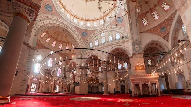 Stambuł turcja - 12.17.2020: wnętrze meczetu beyazit w stambule. ramadan i iftar zdjęcie w tle. meczety stambułu. architektura osmańska. ramadan i kandil tło.