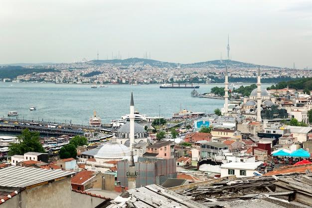 Stambuł, turcja, 22.05.2019: piękny widok na bosfor z dachu. wschodnie miasto przemysłowe.