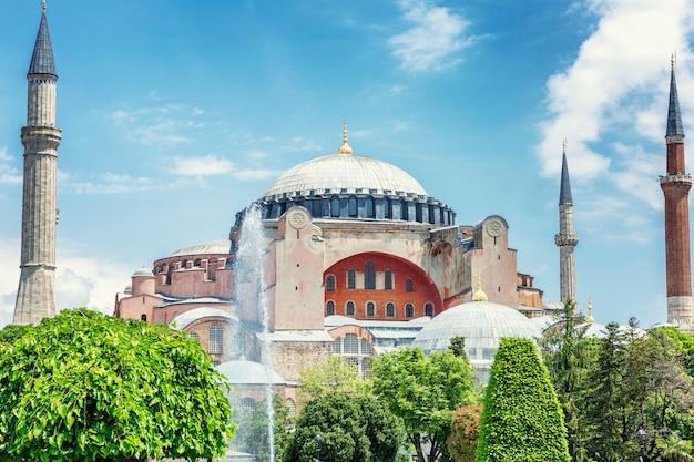 Stambuł, turcja, 24/24/2019: hagia sophia cathedral w słoneczny dzień przeciw błękitne niebo.