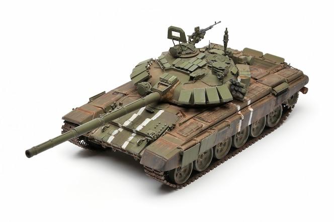 Stań model wojskowego czołgu bojowego na białej powierzchni