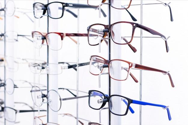 Stań z okularami w sklepie