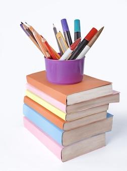 Stań z ołówkami na stosie książek .zdjęcie z miejscem na kopię