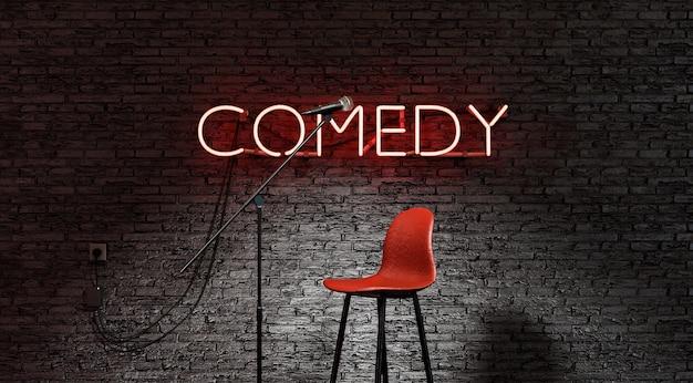 Stand-upowa scena komediowa oświetlona reflektorem z napisem comedy w czerwonej lampie neonowej