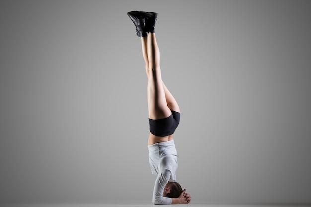 Stanowisko jogi yoga side headstand
