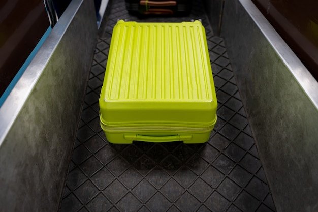 Stanowisko odprawy na lotnisku z obciążeniem pasa bagażowego.