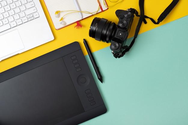 Stanowisko pracy z tabletem graficznym i aparatem fotograficznym